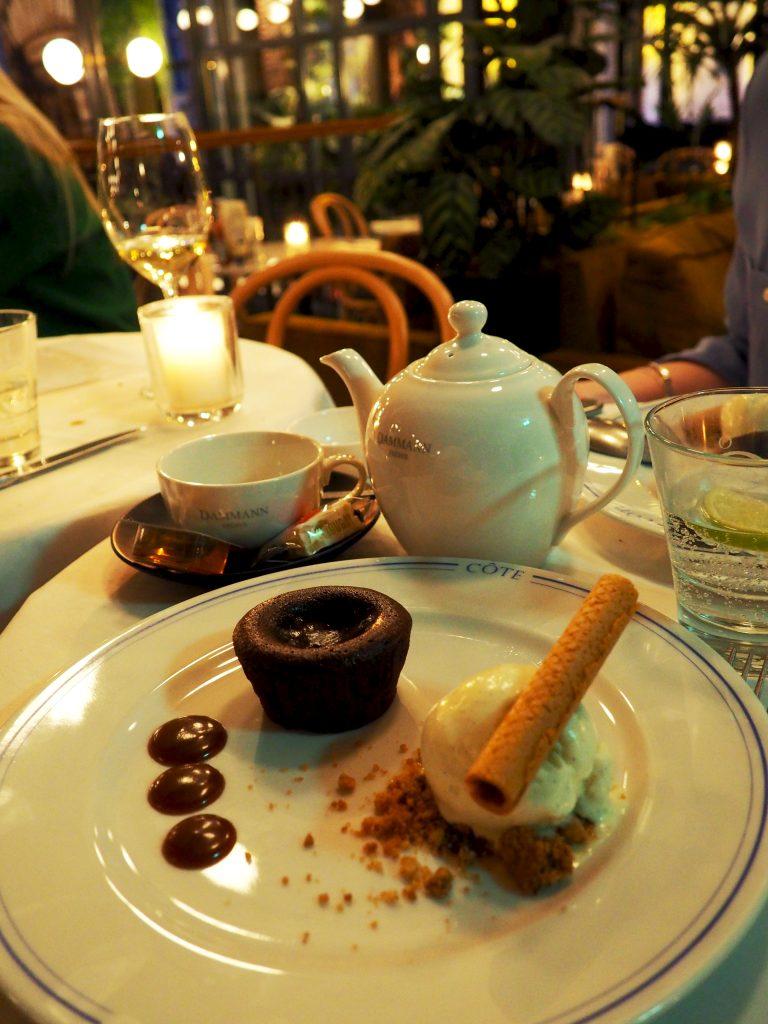 warm chocoladetaartje met karamel en roomijs