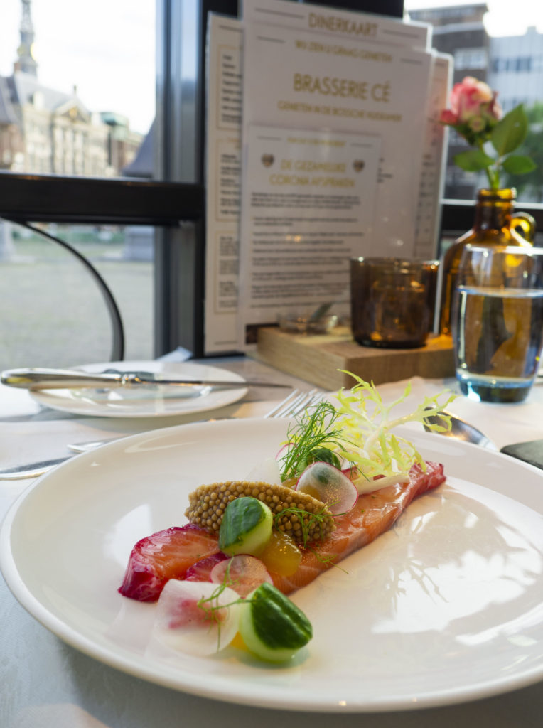 Dineren met uitzicht op de markt en Live muziek bij Brasserie Cé